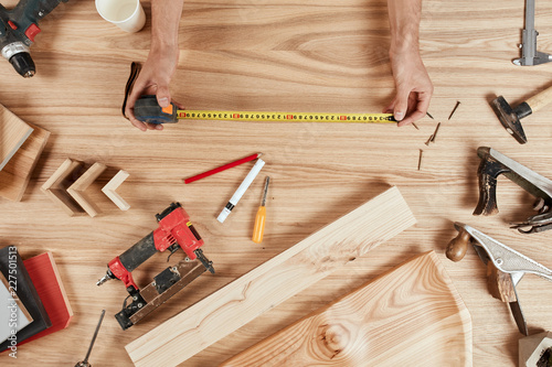 Fotografía  High angle view of woodworking workshop: carpenters work table with different to
