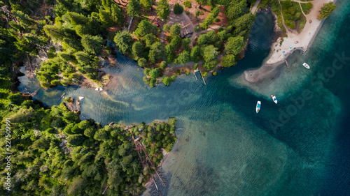 Poster Rivière de la forêt Drone view of the shore at lake Tahoe California