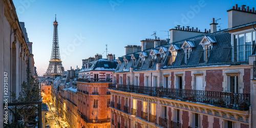 Fototapeta premium Nad dachami Paryża z widokiem na Wieżę Eiffla we Francji
