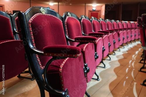 In de dag Theater Rangée de fauteuils de théâtre en velours rouge