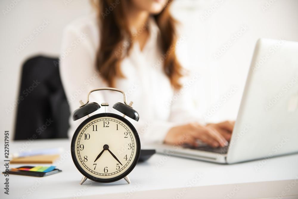 Fototapeta Office Business woman working overtime - obraz na płótnie