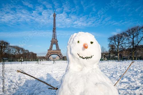 Spoed Foto op Canvas Centraal Europa Schneemann vor dem Eiffelturm im Winter, Paris, Frankreich