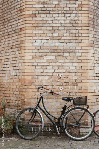 Spoed Foto op Canvas Centraal Europa Bicycle against brick wall