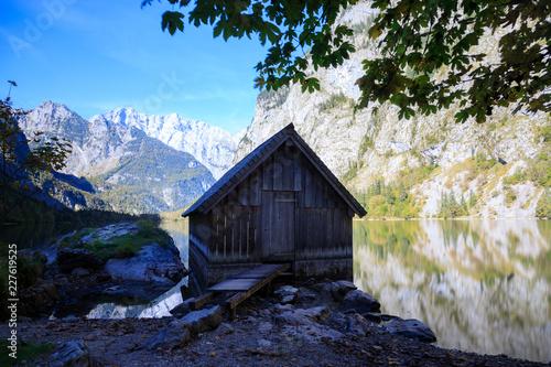 Fotografie, Obraz  einsame Hütte am Obersee mit Spiegelung in den Alpen