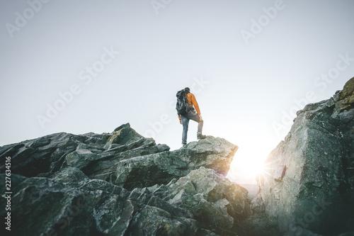 Fototapeta Wanderer auf einem Berg obraz