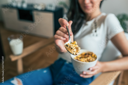 Photo Close-up image of woman holding bowl of cereal and a spoon