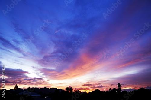 Foto auf AluDibond Dunkelblau Dramatic Sky and Sun Rays Background