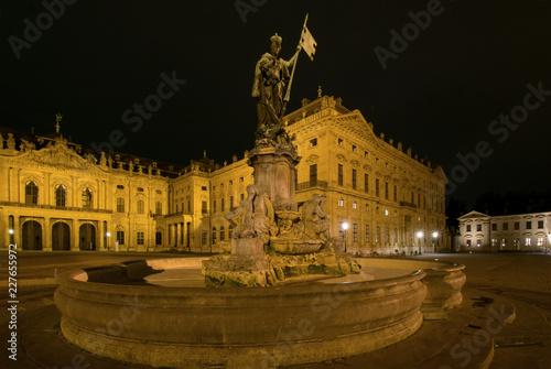 Foto  Frankoniabrunnen vor der Würzburger Residenz, Würzburg, Unterfranken, Bayern, De