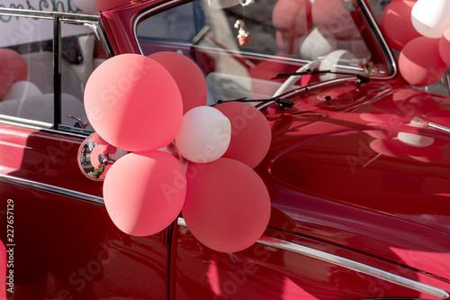 Keuken foto achterwand Vintage cars Oldtimer geschmückt mit Luftballons