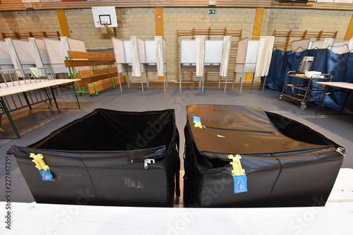 montage bureau vote isoloire urne elections scrutin ouvrier commune communal sal Canvas-taulu