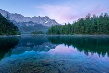 Spiegelung Der Zugspitze Im Eibsee Im Morgengrauen