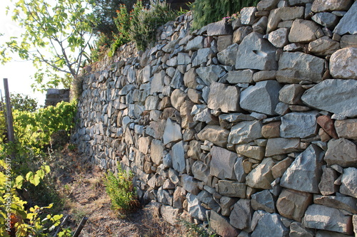 Muro di contenimento in pietra per terrazzamenti Fototapet
