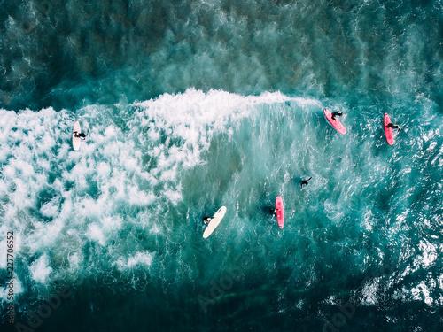 surfer-czeka-na-plazy-na-kolejna-duza-fale-w-porto-portugalia