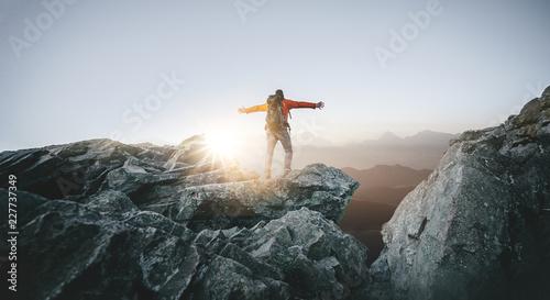 Photo sur Aluminium Gris traffic Wanderer genießt seine Freiheit