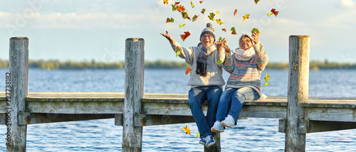 Obraz fröhliches Paar am Steg - fototapety do salonu
