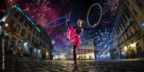 Fotografia Night street circus performance whit clown, juggler