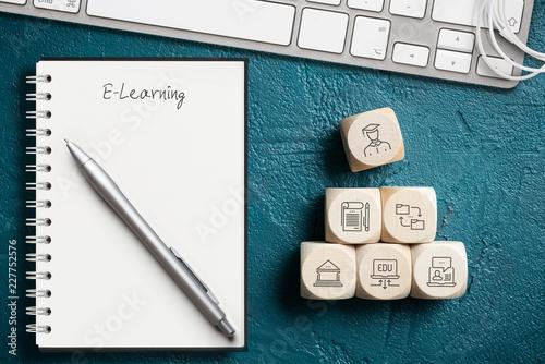 Symbole auf Würfeln zeigen Komponenten modernen Lernens die zum Abschluss führen