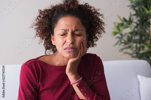Fotografia  Woman feeling toothache and massaging gums