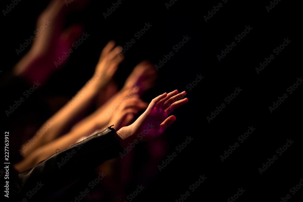 Fototapeta Uitgestrekte armen in aanbidding