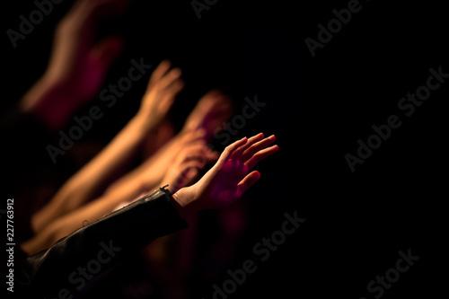 Photo Uitgestrekte armen in aanbidding