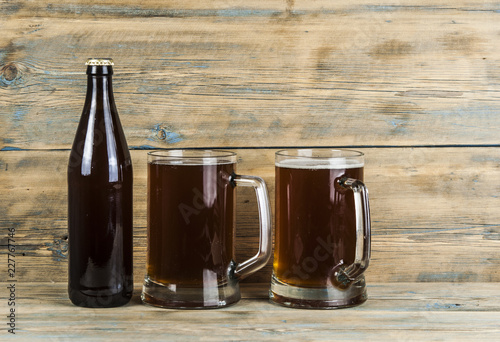 Tuinposter Bier / Cider bottle and glass with beer on wood table