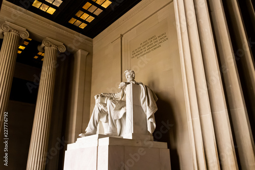 Fotografia  Statue of Abraham Lincoln inside Lincoln Memorial in Washington D