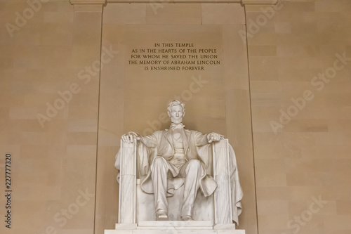 Photographie  Statue of Abraham Lincoln inside Lincoln Memorial in Washington D
