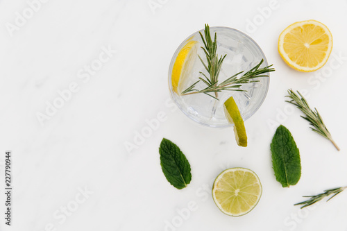 Gin tonic cocktail drink with green lime white background Fotobehang
