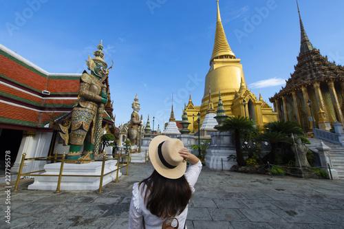 Photo  Woman tourist is enjoy traveling inside Wat Phra Keaw in Bangkok, Thailand