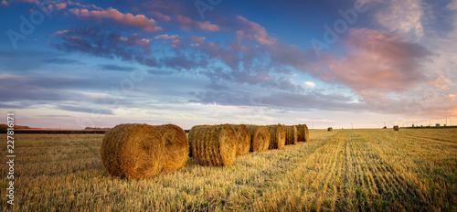 Fototapeta осенний пейзаж в поле с сеном вечером, Россия, Урал