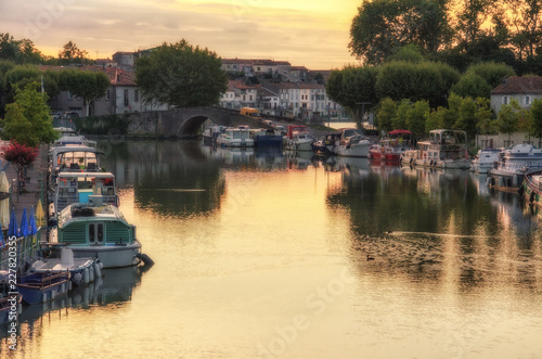 Fotomural Quiet Morning at The Canal du Midi in Castelnaudary, France