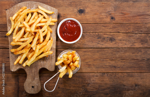 Fotografía  French fries with ketchup, top view
