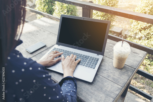 Photo Side view of young smart female using laptop with sunlight