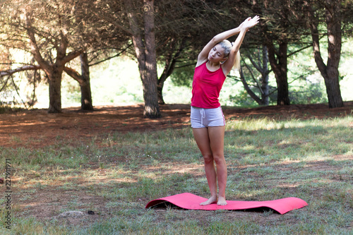 Photo Young girl relaxed in the field doing yoga