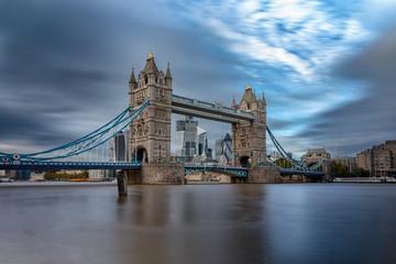 Fototapeta Das Wahrzeichen Londons: die Tower Bridge an einem bewölktem Tag im Herbst