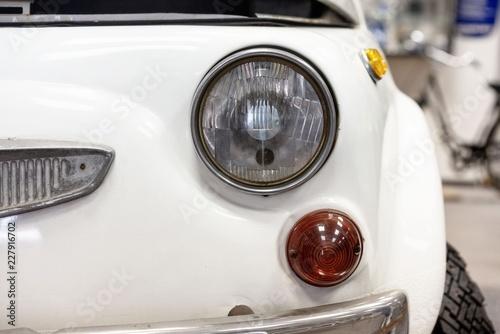 In de dag Vintage cars Ausschnitt von kleinem Oldtimer mit runden Scheinwerfer und Blinker getrennt