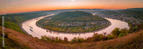In de dag Diepbruine Sunrise at the Rhine village by Boppard Germany, Picturesque bend of the river Rhine near the town Boppard Filsen , Wine area middle Rhine Valley, Germany. Rhine Valley is UNESCO World Heritage Site
