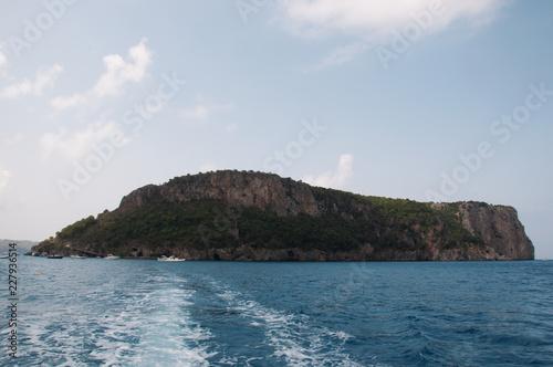 Fotografie, Obraz  Isola in mezzo al mare e scia della barca. Calabria, Sud Italia.