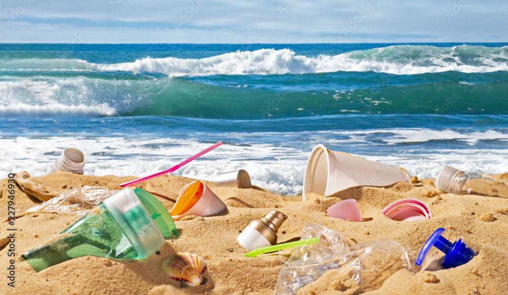 Fototapeta Strand mit Plastikmüll