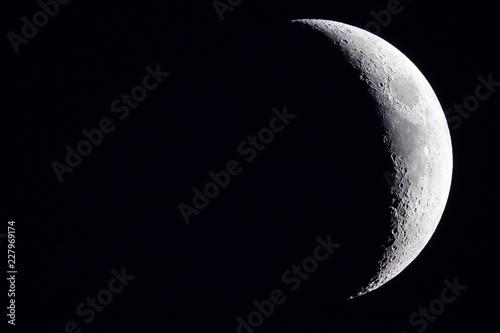 Mond im Weltall am Nachthimmel Halbmond und Vollmond