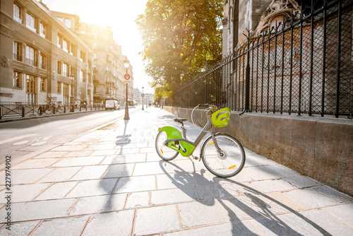 Keuken foto achterwand Historisch geb. View on the street with green bicycle near the Notre-Dame cathedral in Paris