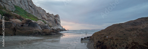 Spoed Foto op Canvas Verenigde Staten Twilight Evening Sunset at Morro Rock on the central coast of California at Morro Bay California United States