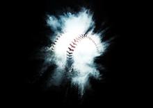 粉砕する野球ボール