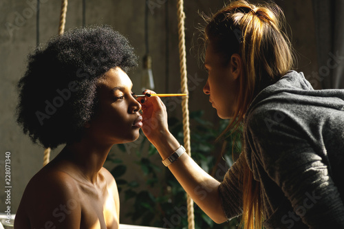 Fotografía Professional make-up artist and African model