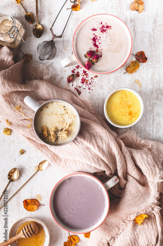 Fotografie, Obraz  Assortiment de Lait d'Or ou Moon Milk à la Rose, Lait d'Or au Curcuma, à l'Hibis