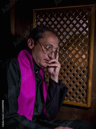 Carta da parati Portrait of a priest in his confessional