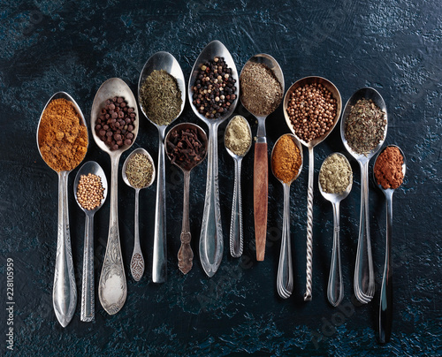 In de dag Aromatische Different spices in spoons on a vintage background.