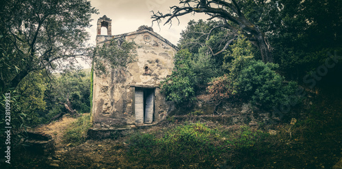 Foto Abandoned chapel in woodland on Cap Corse in Corsica