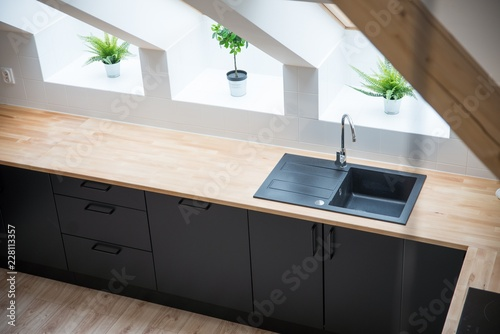 Pinturas sobre lienzo  Black sink in the kitchen.