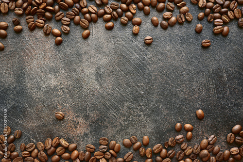 Tło żywności z palonych ziaren czarnej kawy. Widok z góry z miejsca kopiowania.